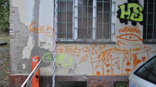 Négy graffitis vandál tartja rettegésben a szekszárdi házfalakat