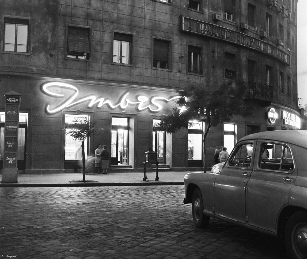 Imbisz büfé a Szent István körút és a Teréz körút tallkozásánál. Jelenleg olasz étterem. Tőle balra a Mosoly Albuma gyermekfényképész fotóstúdió még ma is megvan, igaz már nem neonfelirat díszíti portálját.