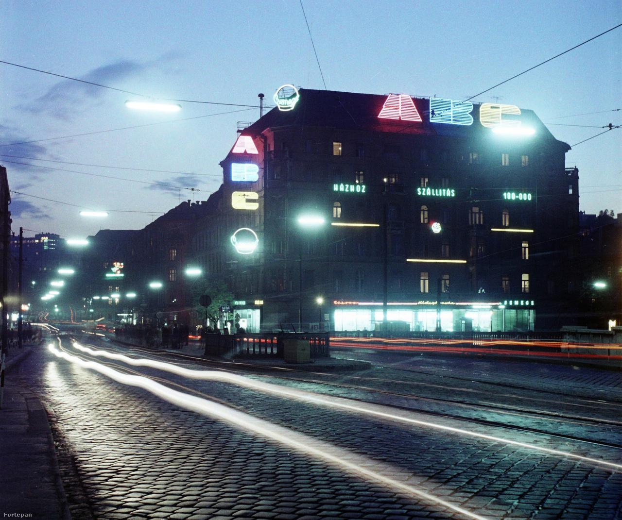 A csodálatos Margit körúti fények a Margit híd budai hídfőjénél. A Csemege ABC, ma CBA.