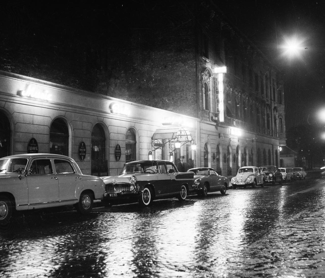 Gyönyörű autók fürdőznek a Kis Royal éjszakai fényében. A kis Volkswagen Karmann-Ghia sportkocsi külön figyelmet érdemel, de előtte a Simca Vedette, és a Mercedes Ponton is csodaszépek. Kissé hátrébb egy Volkdswagen bogár, mögötte még egy Ponton parkol.