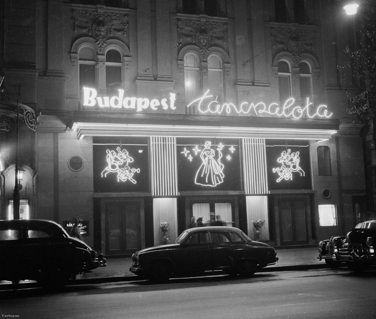 A Budapest Táncpalota nagymező utcai portálja az Operett Színház mellett, a hatvanas évek elején.