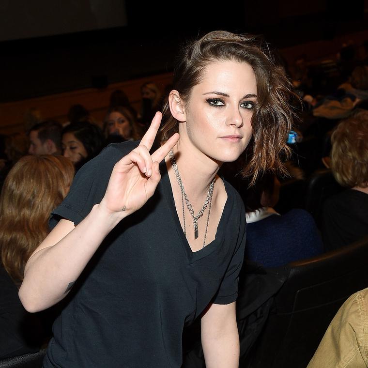 Kristen Stewart mutatja a békét.