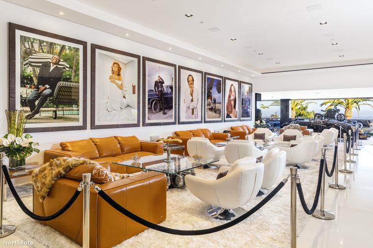 Pár egyedülálló autó, és motor is a díszítés részét képezi a nappaliban, ahol egy kisebb csapat is kényelmesen élvezheti a bőrkanapékat, a hollywoodi sztárok képei alatt.