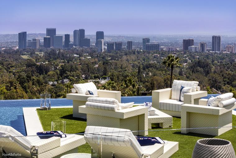 Ha a ház legtetejére merészkedik egész Los Angelest megcsodálhatja, ideális helyszín egy kis rooftop partyhoz!