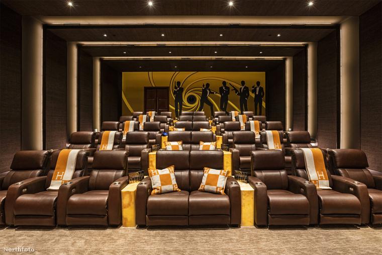 És végül ha mindenki megfáradt, irány a saját bőrkanapés, 40 férőhelyes moziba! 56 milliárd forint = 200 millió dollár: hát ennyit kóstál ez az ingatlan