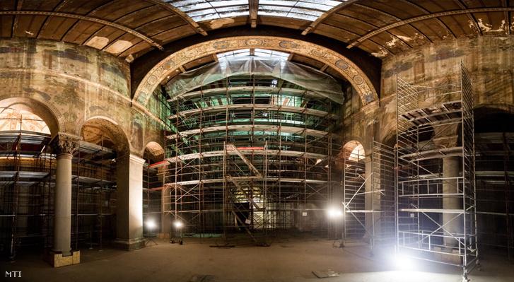 Egy számítógépes programmal több képből összeillesztett panorámaképen a Szépművészeti Múzeum felújítás alatt álló épülete