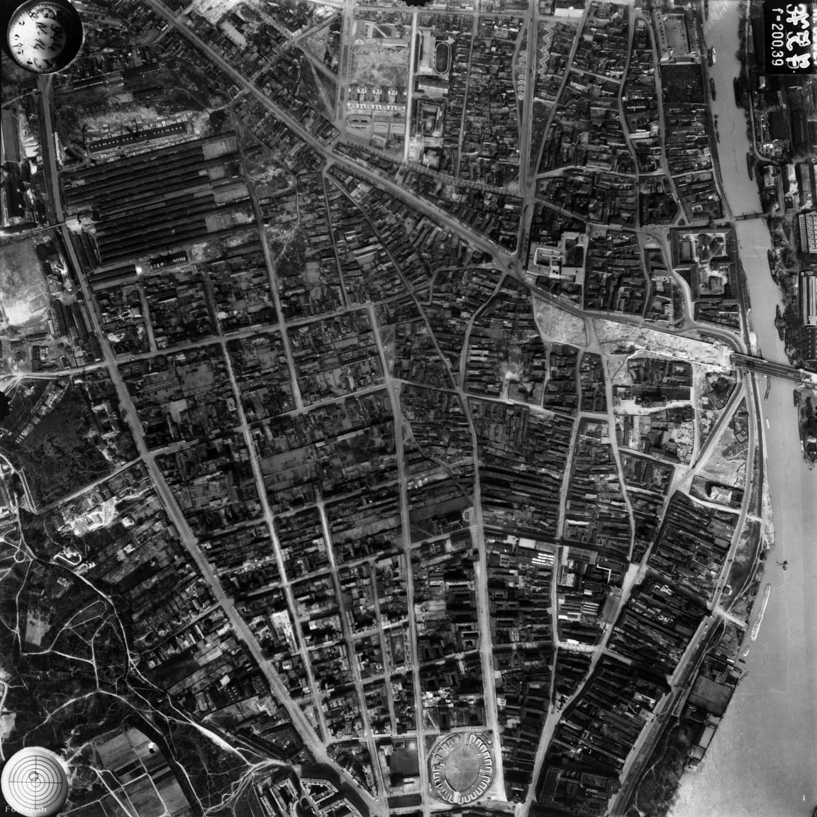 Sokkal durvábban alakították át a várost a háború utáni évtizedek Óbudán. Az eredeti                         utcaszerkezetnek csupán a nyoma maradt meg, s az egykori kis házakból is csak hírmondónak                         hagytak meg egy párat. Hogy mennyire lehetett itt jó lakni, az persze más kérdés, hiszen                         elképesztően sűrű volt a beépítés. Ennyire aprómintás patchworköt sehol nem találunk a Budapest-                         térképen. Ennek ellenére simán elfért a szűk utcákon a villamos is: nézzétek, épp ott fordul be a Fő                         téren.