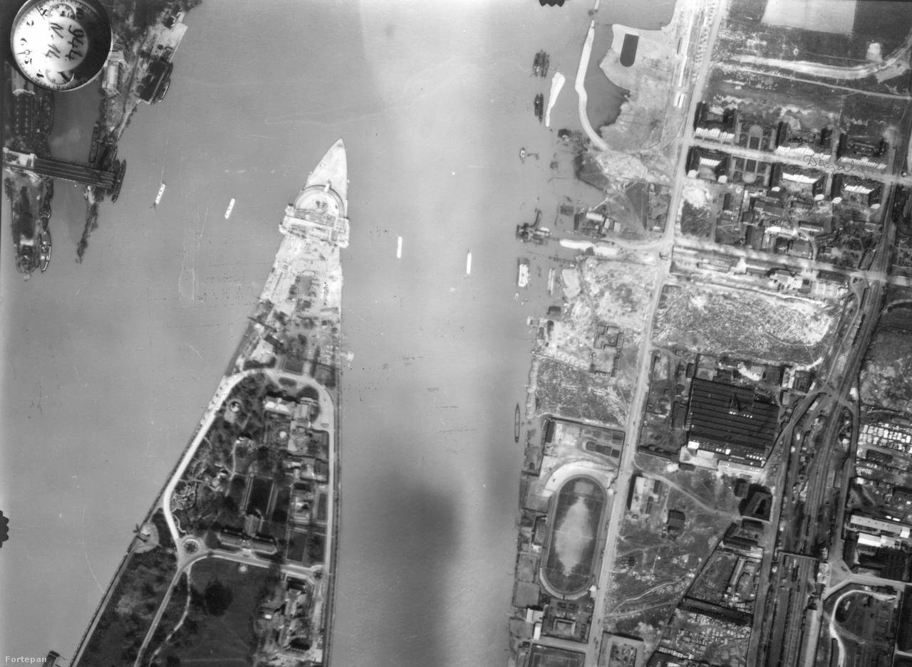 Persze valószínűleg a szocializmus nélkül sem maradt volna fenn sokáig a régi Óbuda: a Duna                         túlpartján már látni, ahogy épül az új Árpád híd, amely néhány évvel később így is, úgy is                         hatalmas forgalmat engedett volna rá. 1944-re még csak a pillérek voltak kész, ez lett a nagy                         szerencséje a hídnak: a németeknek nem volt fontos felrobbantani. A képen jól látszik, hogy a                         Margit-sziget csúcsát meghosszabbították, hogy megfelelő lehajtót alakíthassanak ki rajta, és az is,                         hogy a pesti oldalon még nem igazán építették ki a közlekedési kapcsolatot: a Hungária-körgyűrűt                         még nem húzták ki idáig.