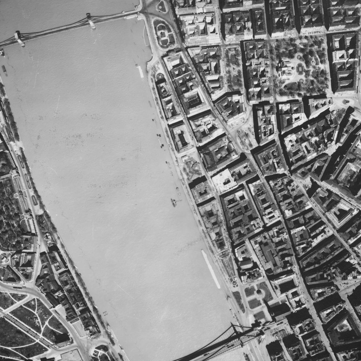 A pesti városképet legmarkánsabban azonban nem ezek a beavatkozások változtatták meg, hanem                         ami kicsivel arrébb, a Korzón történt. Bár mindössze három épületet emeltek oda (Duna                         InterContinental, 1969; Hotel Forum, 1981; Atrium Hyatt, 1982), és az egyiket nem is közvetlenül                         a partra, ez a három szálló gyökeresen megváltoztatta Budapest képét. Igaz, itt korábban is                         épületek sorjáztak, köztük természetesen több szálloda is akadt. Ám az új épületek messze                         felülmúlták elődeiket méretben, volt olyan, amelyik négy régi telekre pöffeszkedett, sokkal                         magasabbak lettek a környező házaknál, és egyértelműen hátat fordítanak a városnak, elvágva azt a                         folyótól. Kár.