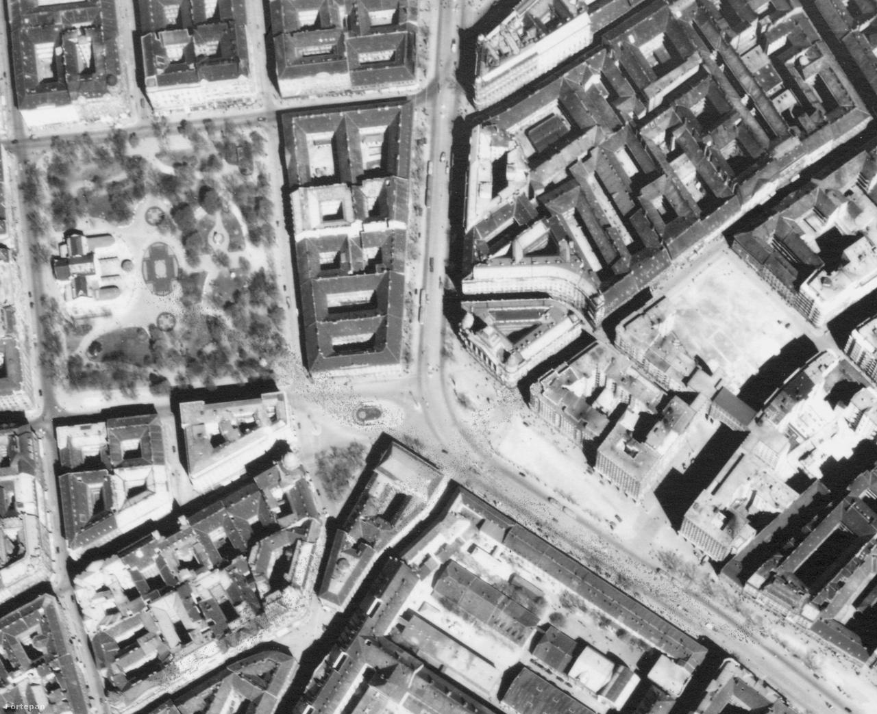 De nem csak az egykori városszéleken változott nagyot Budapest, hanem a kellős közepén is.                         Például a Deák tér környékén. Nem csak arról van szó, hogy lecserélődött rengeteg ház, de egy                         egész háztömb tűnt el nyomtalanul. A helyén sokáig a buszpályaudvar parkolója volt, de                         évtizedeken át nem adták fel, hogy egyszer beépítik. Az ide álmodott Nemzeti Színházból azonban                         csak földalatti rész készült el, ez lett később a Gödör, amit ma Akváriumként ismerünk, fölé pedig                         egy hányattatott sorsú közpark került. A klasszikus értelemben vett Erzsébet téren még áll a                         Nemzeti Szalon épülete (ez a háborúban súlyosan megsérül és a hatvanas években elbontják), a                         Deák téren viszont hiába is keresnénk a metrólejárót. A mai Városháza park helyén úgy tűnhet,                         hogy maga városháza áll, de ez csak látszat a magasból. Azokat a toldott épületrészeket épp                         elbontani készültek, hogy a helyükre gigantikus felhőkarcolót emeljen a főváros (még ha nem is                         olyan elegánsat, mint amit évtizedekkel később terveztek oda). Igazi kuriózum viszont az az üres                         placc, ami a mai bulinegyedben virít. A rendkívül zsúfolt, egészségtelen városrész szerkezetét                         akkoriban tervezték fellazítani a Madách sugárúttal, de a nagyra törő tervekből nem lett semmi.