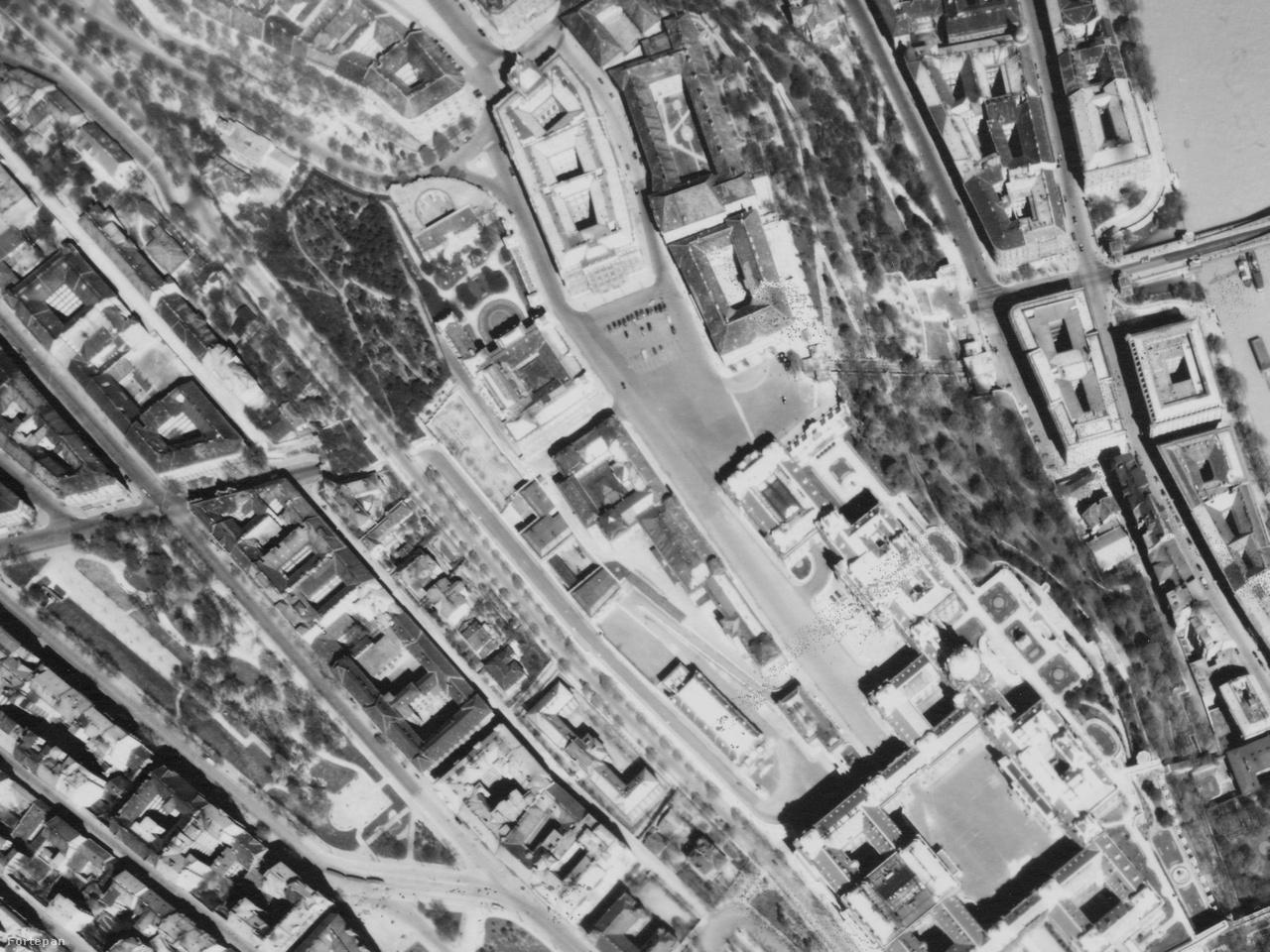 A legfurcsább egykor és ma képpárt kicsivel feljebb, a Királyi Palotánál lehetne elkészíteni. A                         Sándor-palota környékén (ahol a légi felvétel szerint akkoriban a legtöbb autó állt Budapesten) ma                         hatalmas rommező van, de mint a fotón is látható, egykor rengeteg épület állt itt: a Honvédelmi                         Minisztérium, a Teleki-palota, a Királyi Istállók, a Főőrségi Laktanya, a Királyi Lovarda. A dolog                         pikantériája, hogy ezek az épületek, ma nincsenek sehol, de a jelenlegi tervek szerint újra állni                         fognak. Lehet, hogy egy tíz év múlva készült légi felvétel jobban fog hasonlítani a 1944-es                         állapotra, mint a mai.
