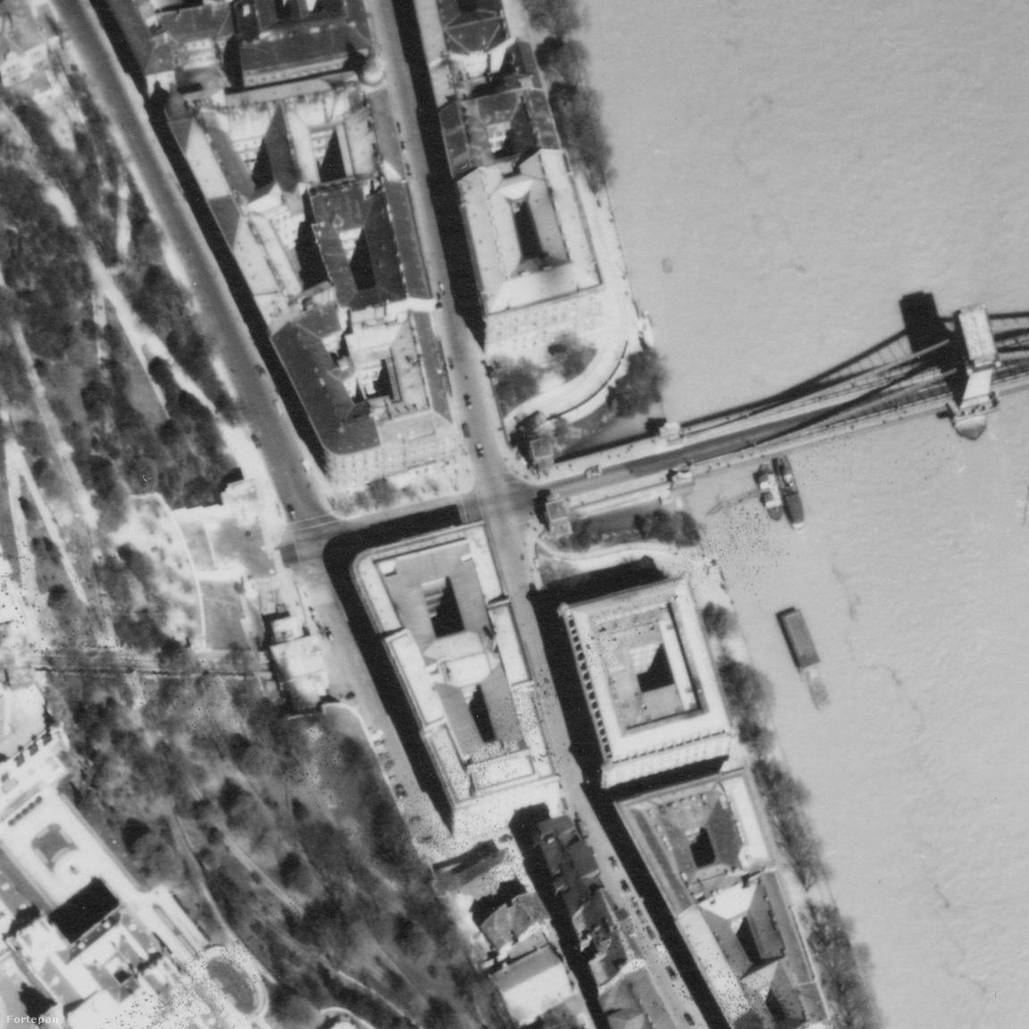 Alaposan megváltozott a szomszédos Lánchíd budai hídfője is. Ahol ma a körforgalom van, ott                         egykor egyszerű kereszteződés volt. Az azt határoló paloták szinte mindegyike eltűnt. A Duna-                         parti házsor helyén ma park van, ahogy Sikló előtt is. Egyedül a félig lerombolt Ybl-épület helyén                         maradt foghíjtelek, igaz jóval kisebb, mint az eredeti házé volt. Ennek a beépítése épp most zajlik.