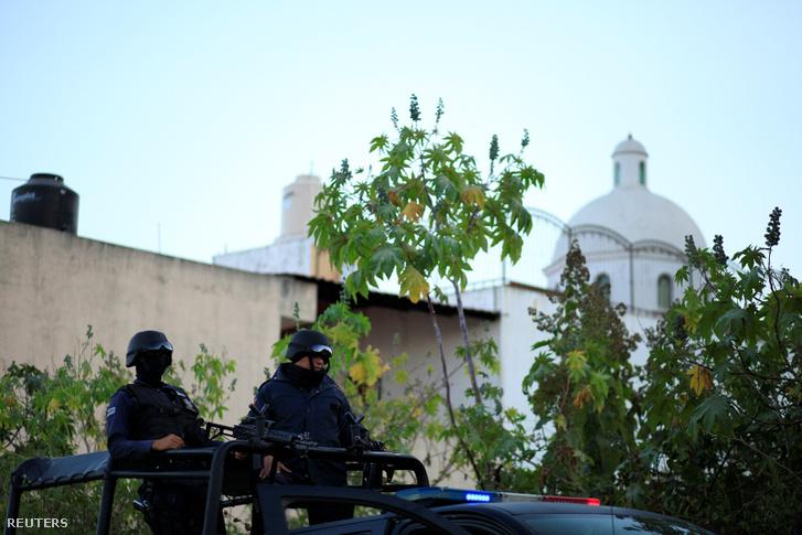 Rendőrök Tepciben, az épület előtt, ahol Juan Francisco Patrón Sánchez és társai elbarikádozták magukat 2017. február 10-én