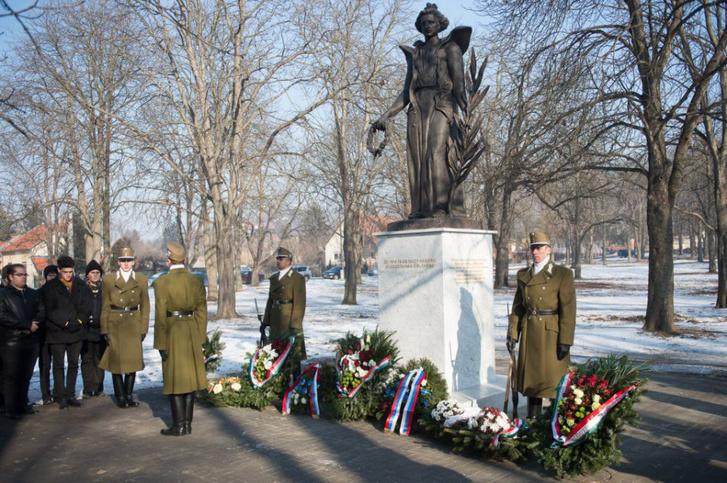 Az esztergomi Szent Anna temetőben felavatott, a Béke Angyala nevű szobor a második világháborúban elesett szovjet katonák mellett a monarchia hadifogságába esett oroszt katonák emlékét is őrzi