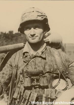 Német SS-lovas gyalogosan páncélököllel az 1944 őszi magyarországi harcokban.