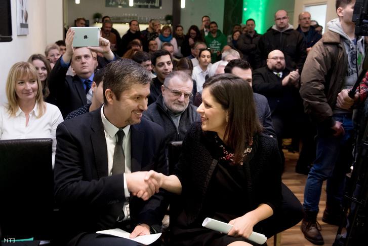 Szél Bernadett és Hadházy Ákos az LMP társelnökei évértékelő beszédük végén a budapesti La Vida Rendezvényházban 2017. február 11-én.