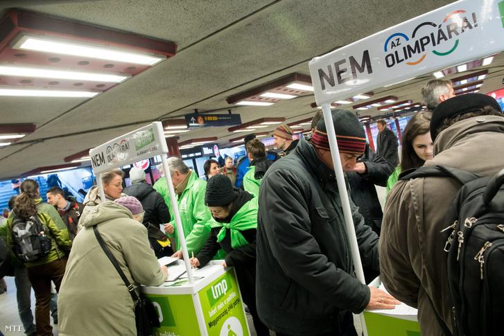 Az LMP több helyen is gyűjti az aláírásokat a fővárosban, a kép a Nyugati téri aluljáróban készült, még januárban
