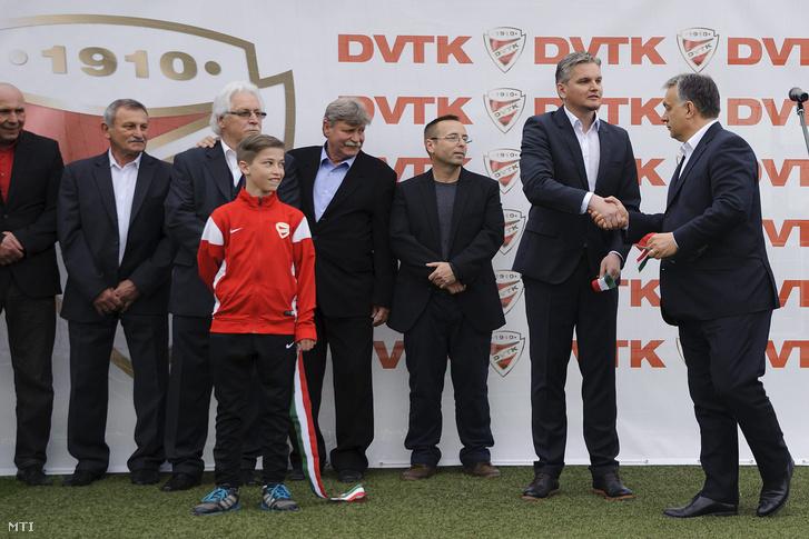 Orbán Viktor és Szabó Tamás ügyvezető a DVTK labdarúgó-edzőközpontjának átadásán 2016. április 10-én. Mellettük Leisztinger Tamás a DVTK többségi tulajdonosa.