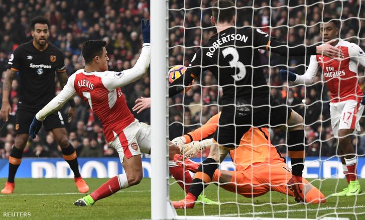 Alexis Sanchez első gólja szemmel láthatóan úgy született, hogy a labda előtte a keze ügyében volt
