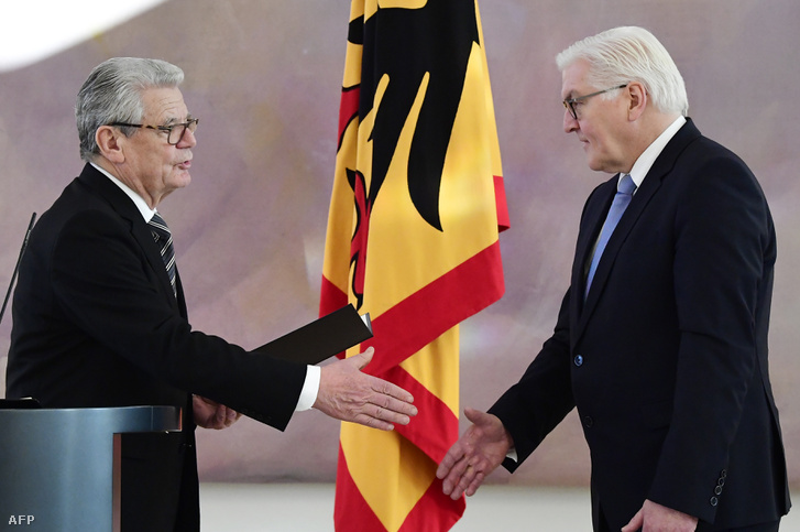 2017. január 27: Joachim Gauck távozó elnök (balra) Frank-Walter Steinmeier külügyminiszter lemondását fogadja