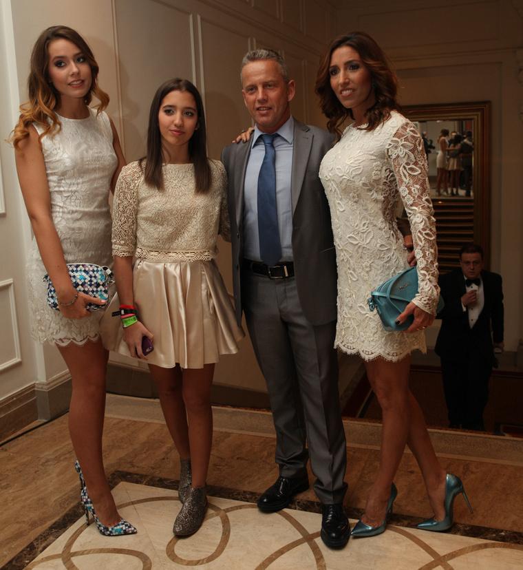 A Schobert-szülők mellett lányukat, Schobert Larát láthatják. Baloldalon pedig Rubint Réka unokahúgát, Rubint Rellát.