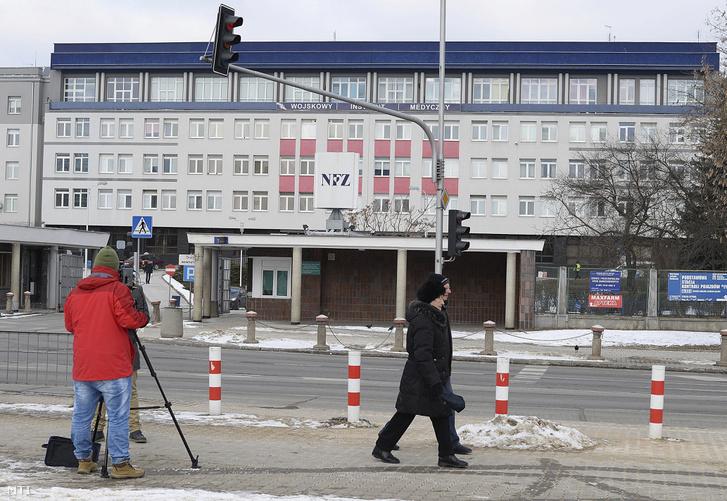 Tévés forgatócsoport a varsói katonai kórház előtt, ahol Beata Szydlo lengyel miniszterelnököt ápolják