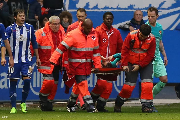 Aleix Vidalt hordágyon kellett levinni a pályáról