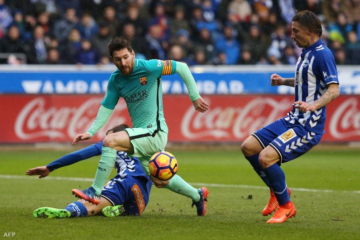 Lionel Messi vágja át magát két Alaves-játékos közt