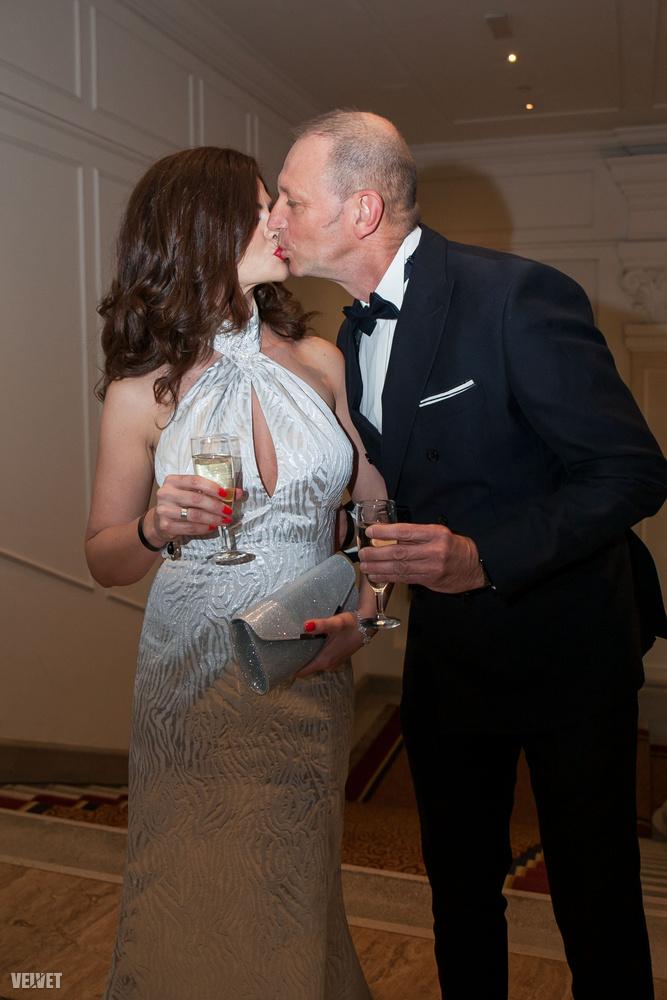 Kicsit furcsa, hogy nem helyszínelős cikkben szerepel a neve, de mint látható,  ez is ő, amint feleségével csókolózik a Corinthia Hotel lépcsőjén.
