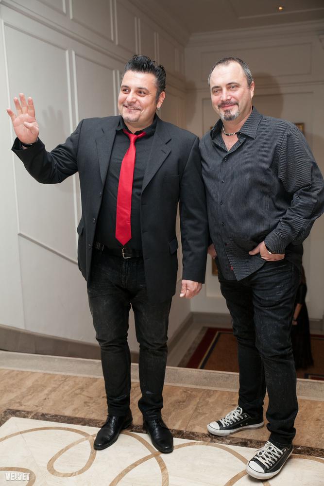 """Irigy Hónaljirigyék is együtt vannak.A kép bal oldalán Sipos Tamás, jobb oldalon pedig Papp Ferenc látható.A dress code amúgy """"black tie"""" volt, de ezt többen is elég szabadon értelmezték."""