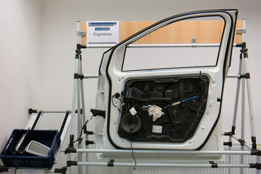 Gyártós szakirány: az ajtószerelés munkafázisai, egy Mercedes A osztály ajtaján