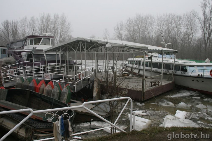 A sétahajókat is megrongálta a jeges ár