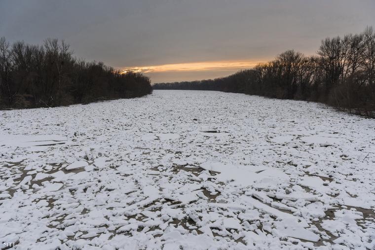 A jéghelyzet most a Duna után a Tiszát is elérte: volt, ahol robbantgatni kellett, hogy ne legyen baj