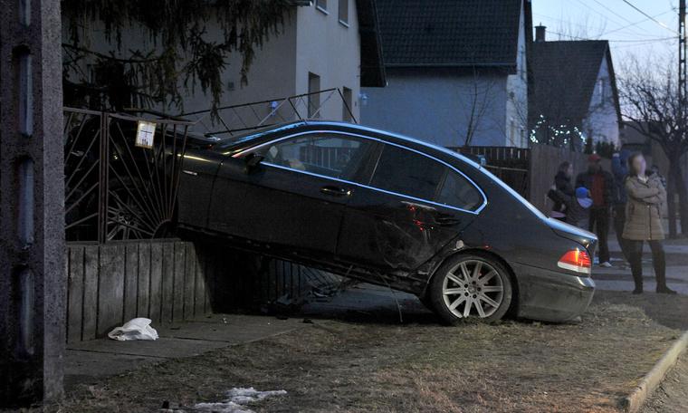 BMW a kerítésben 1