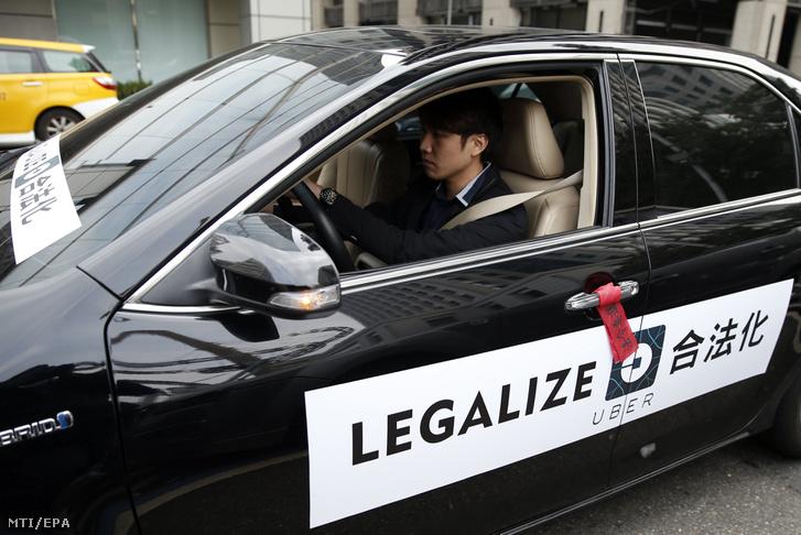 Egy sofőr az Uber közösségi személyszállító szolgáltatás működése mellett tartott tüntetésen a tajvani közlekedési minisztérium tajpeji székházánál 2017. február 10-én. Az utazásmegosztó szolgáltatás tajvani üzemeltetőire kirótt bírságok ellehetetlenítő hatása miatt a vállalat felfüggesztette működését a szigeten.