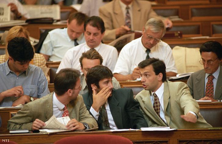 Szájer József Áder János és Orbán Viktor a Fidesz parlamenti képviselői az Országgyűlés nyári rendkívüli ülésszakának harmadik ülésnapján. Budapest 1994. július 14.