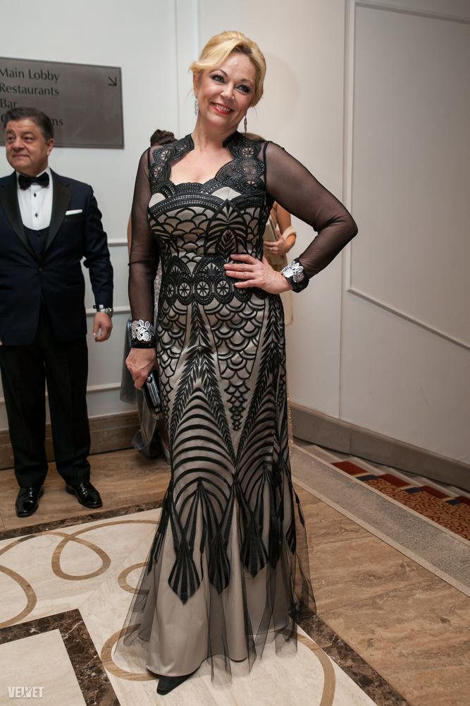 Csomor Csilla nem aprózta el, amikor kovácsoltvas jelmezével art deco kapualjnak öltözött