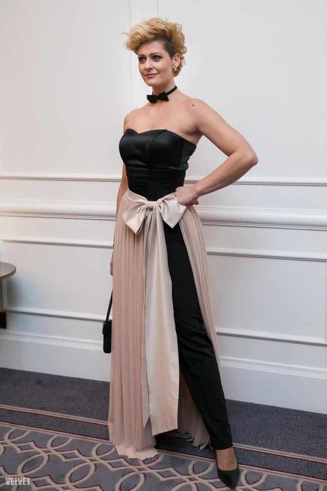 A hölgy Fábián Anita színésznő, akinek látványától azonnal megéheznek a jelenlévők: ilyen tökéletes esküvői büféabrosznak még senkit nem láttunk beöltözni