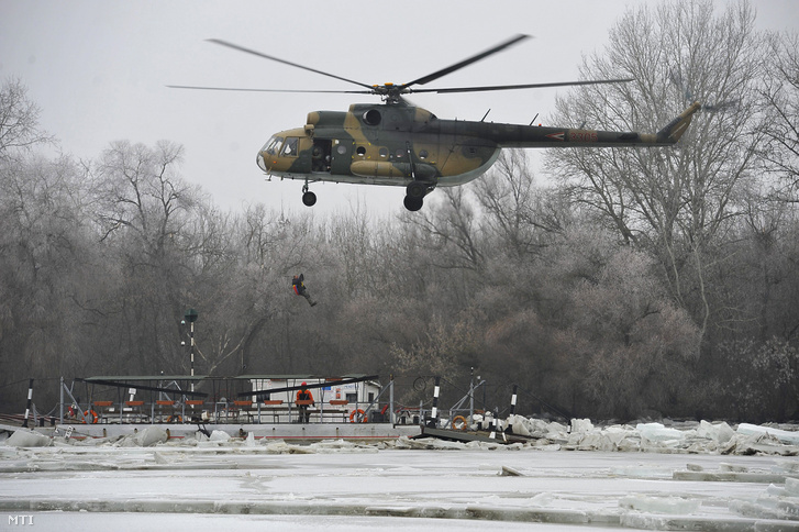 Honvédségi helikopterrel mentették az elsodort kompon rekedt férfit
