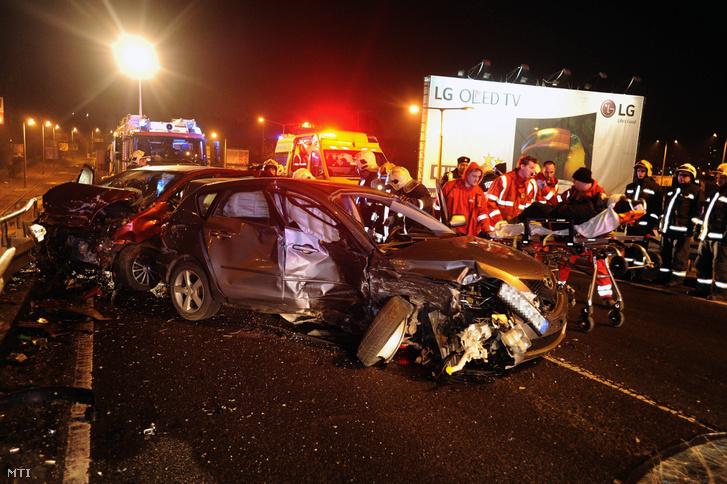 Frontális ütközésben összetört személygépkocsik a ferihegyi repülõtérre vezetõ úton