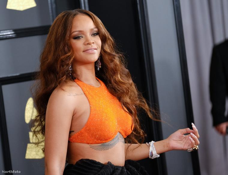 A tavalyi Szigeten is fellépő Rihanna is egészen különleges ruhában jelent meg
