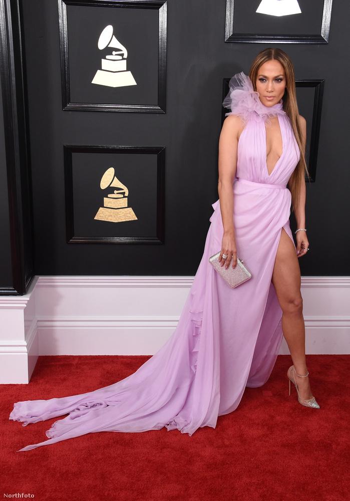 A 47 éves énekesnő púderszínű ruhája még így is az este egyik legizgalmasabb darabja lett.