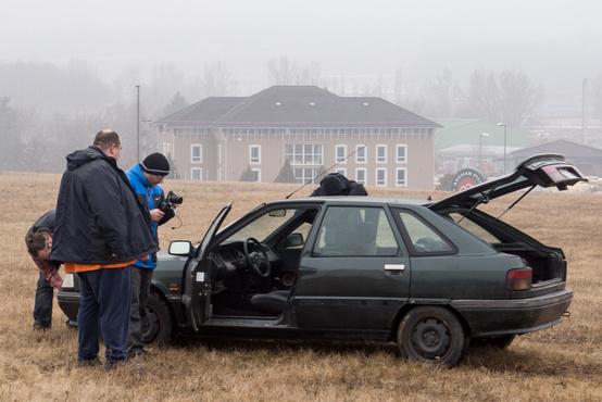 A stáb menekíti a technikát a kocsiból