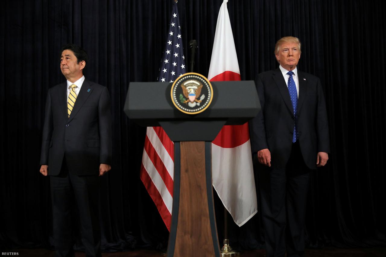 Abe Sindzó japán miniszterelnök és Donald Trump Washingtonban.