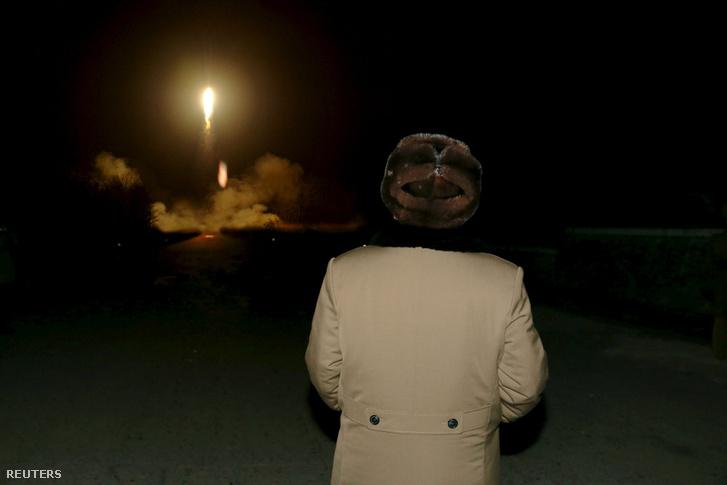 Kim Dzsongun rakétatesztet tekint meg Phenjánban, 2016 márciusában.