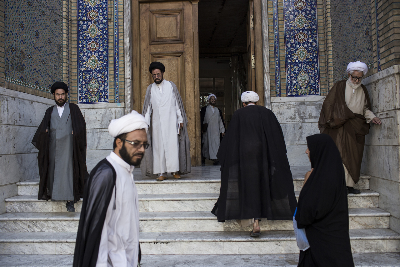 Irán volt a legelső nem arab állam, amely a muszlim hitre tért – a vallás a Mohamed halála utáni 20 évben hódította meg a perzsa Szaszanida-birodalmat, így az addig domináns, a kereszténységet is megtermékenyítő zoroasztruzmus lényegében megszűnt, ma alig 200 ezer iráni és indiai híve van. Irán 98 százaléka muzulmán – szinte kizárólag síita, a nyolc százaléknyi szunnita is inkább megtűrt-üldözött kisebbségként él –, a maradék harmada keresztény, ugyanennyi a zsidó-muzulmán-keresztény hit ötvözését célzó, 19. században létrejött bahai vallás követője. Etnikailag a kép sokkal vegyesebb: 15 millió azeri él északnyugaton – miközben a szomszédos Azerbajdzsánban csak 9 millió –, nyolcmillió kurd nyugaton, a Kaszpi-tenger mentén 3-4 millió gilaki és mazanderani, délnyugaton ötmillió lur, akik a kurdokkal rokonok. A 80 milliós Iránban a perzsák aránya csak 61 százalék, 48 millió ember. Az etnikai homogenitás annyira nem létezik, hogy az országot 28 éve irányító legfelsőbb vezető, Ali Hamenei is azeri származású.