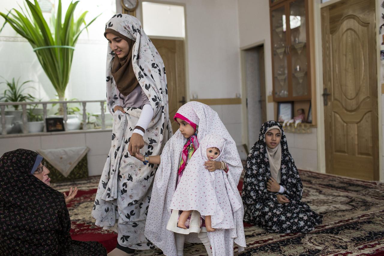 A Pahlavi-dinasztia 1925-től 1979-ig tartó uralkodása idején tiltották a fejkendő viselését is. A modernizációs folyamat Kemal Atatürk Törökországához hasonlóan zajlott – az idősebb Pahlavi törökül is tárgyalt a török vezetővel. Az egyház és állam szétválasztása 1979-től 180 fokos fordulatot vett. Erre a most 80 milliós – a forradalom idején csak 37 milliós – Iránból kevesen emlékezhetnek: a lakosság háromnegyede fiatalabb, mint az iszlám forradalom.                         A városi lakosság sokkal nyitottabb, a bigott vallásosságot hirdető rendszer a konzervatív, vidéki többség tömegbázisára épül.