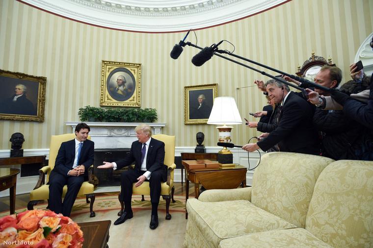 Nézze meg, itt például Trudeau milyen arccal mered Trump tenyerére kézfogás előtt! Csak nem a sötét jövőt látja benne? Vagy csak ő tudja, hogy az amerikai elnök előre beleköpött?