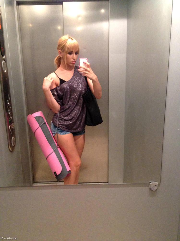 Mégis találunk egy erre alkalmas tevékenységet, még 2012-ből: ez pedig a liftben folytatott önfotózkodás