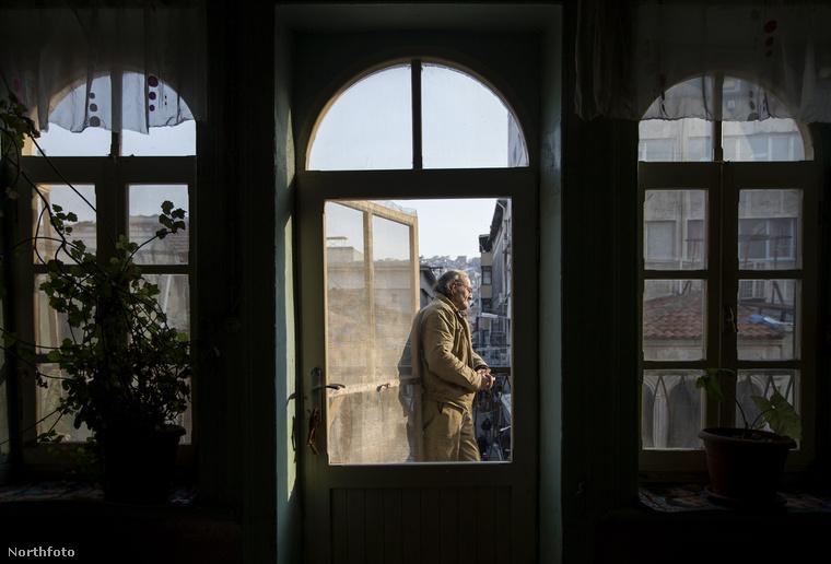 Ercan kihasználja az épület ezen sajátosságát, és 25 éve el sem mozdul onnan